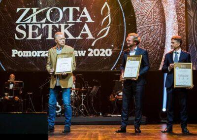 zdjęcie zuroczystej gali przedstawiających laureatów nagród Złotej Setki Pomorza iKujaw 2020